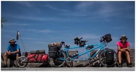 Auch wir können Gruppenbild, sogar mit blauem Himmel, passend zum Rad.