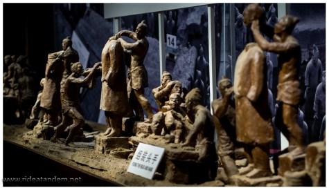 Am Ende wird auch noch gezeigt wie die Statuen entstanden sind. Passenderweise mit Tonfiguren.