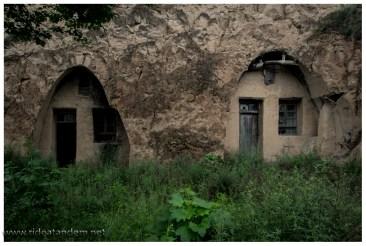 In die Lössberge sind immer wieder solche Höhlenwohnungen hereingebaut. Diese ist unbewohnt, da können wir mal einen Blick riskieren.