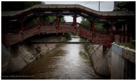 Und ein paar alte Brücken. Lanzhou ist die einzige Stadt durch die der gelbe Fluss fliesst.