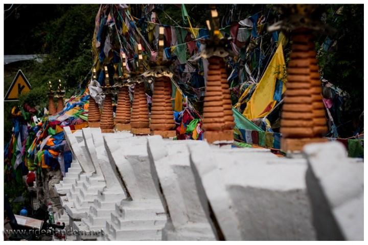 Stupas und immer wieder Stupas. Es soll gut für sein Karma sein, wenn man ein Stupa baut. Ein paar mal herumlaufen soll auch schon helfen. Darauf verlassen sich nicht alle und bauen lieber. Entsprechend viele stehen herum. Wir begnügen uns mit ein paar Bildern und hoffen das tut auch gut.