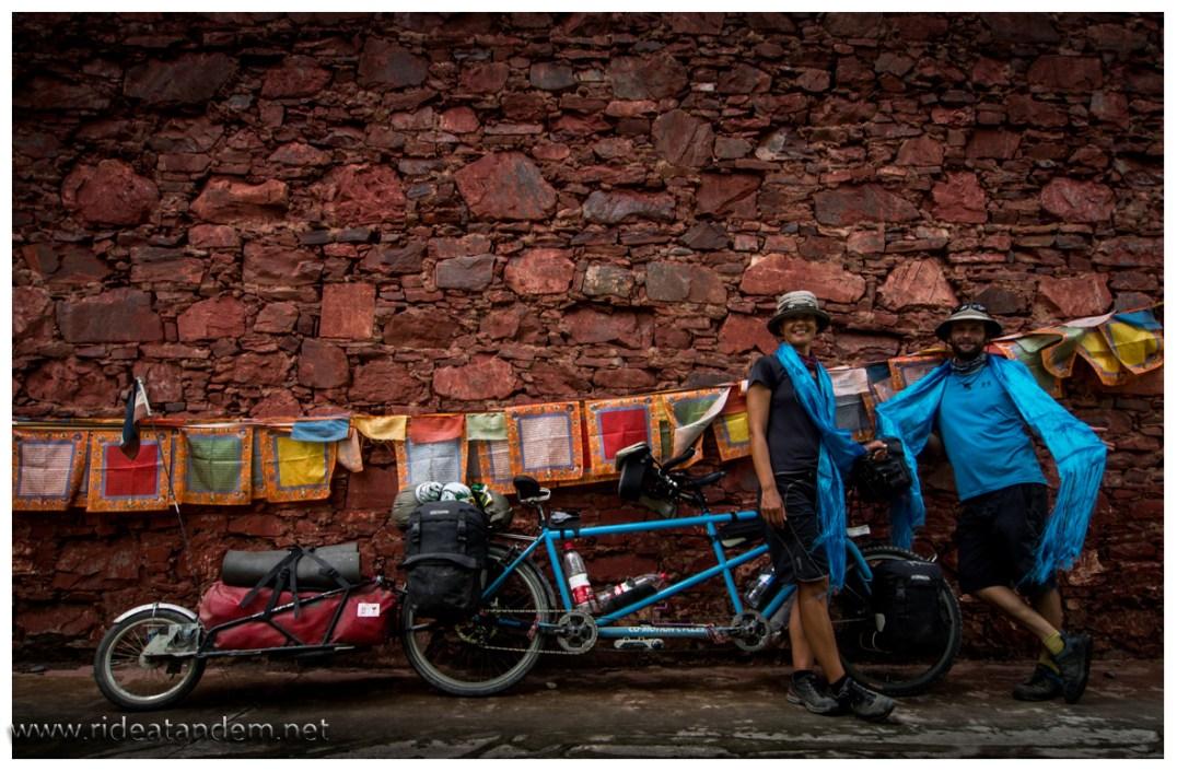 Wir haben alles versucht, aber der Mönch hat sich nicht überzeugen lassen. So mussten die blauen Tücher mit. Immerhin in Radfarbe.