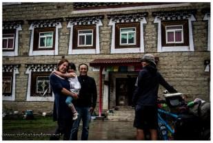 """Plötzlich hören wir einen Tibeter sagen: """"Oh ein Tandem"""". Wir stoppen natürlich und wundern uns warum wir hier Deutsch hören. Leider haben wir den Namen vergessen, aber jahrelang hat der nette Mann in der Schweiz gewohnt. Jetzt ist er wieder zurück und hat seine Frau und Kind auch mitgebracht. Sie laden uns zum Tee ein und wir bekommen schöne Infos über unsere weitere Strecke. Danke für Tee und Infos."""