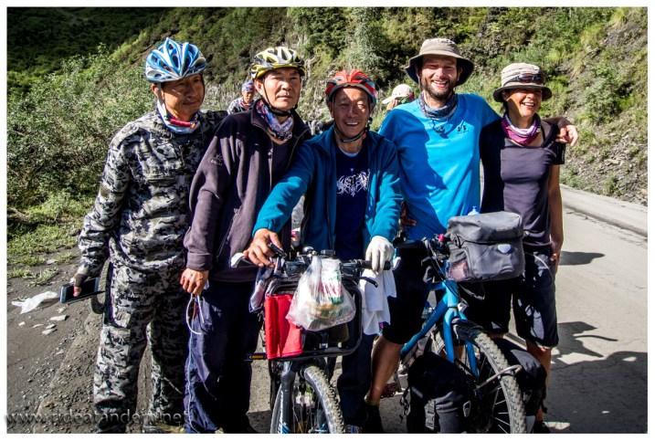 """Auf dem Lhasa-Highway treffen wir sogar alte Bekannte. Vor 4 Wochen hatten wir die 3 """"Jungs"""" schon mal."""
