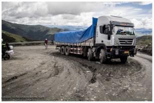 Wenn in China ein LKW mal liegen bleibt, dann bleibt der unter Umständen liegen, und das laaaaange. Um diesen hier kümmert sich niemand mehr solange der Verkehr irgendwie vorbei kommt.