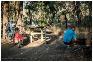 Wildcampen ist im Kakadu National Park verboten, die Campingplätze sind aber sehr gut, preiswert und wir dürfen auf dem Feuer kochen.
