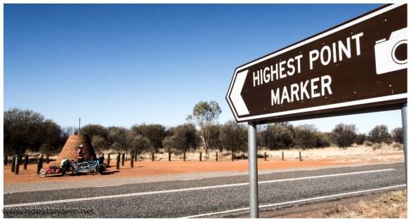 Das lieben die Australier, höchste Punkte, längste gerade Strassen, ältestes Roadhouse usw. Hier der höchste Punkt auf dem Stuart Highway, gerade mal 700m oder so...