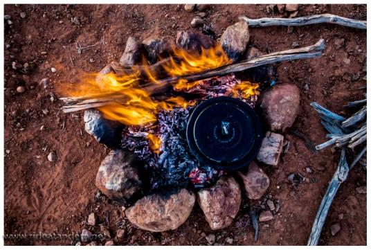 Kochen auf dem Feuer, steht der Topf auf der Glut und nicht im Feuer, bleibt der Topf auch sauber (fast)