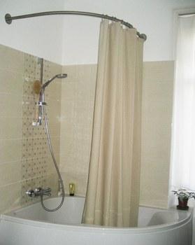 comment orner une baignoire douche d 39 une fa on moderne. Black Bedroom Furniture Sets. Home Design Ideas