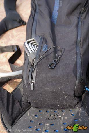 Ein praktisches Werkzeugfach an das man schnell ran kommt. Praktisch die Gummikordel mit Haken.