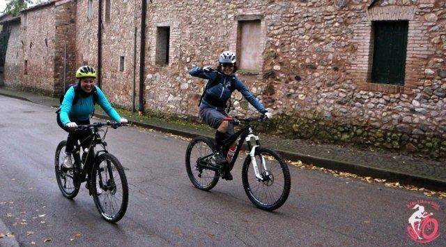 Giulia e una ragazza che ha preso parte alla pedalata ride like a girl sui Colli Euganei