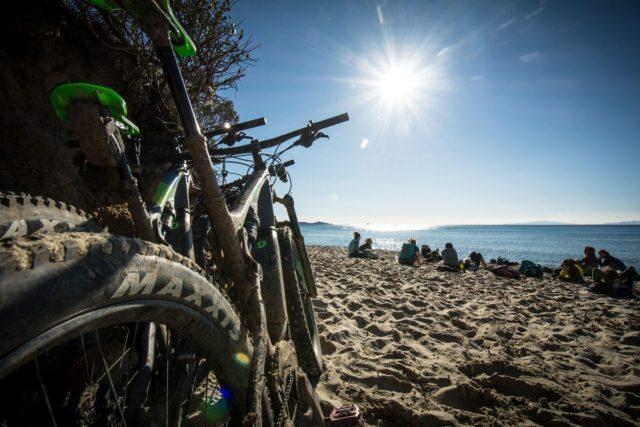 donne in bici si riposano silla spiaggia di Calaviolina
