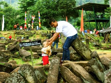 Seorang Bapak Menuntun Balita Berjalan-jalan di Situs Gunung Padang Desa Karyamukti, Kecamatan Campaka Cianjur, Jawa Barat