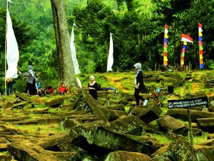Wisatawan Berjalan-jalan di Situs Gunung Padang Desa Karyamukti, Kecamatan Campaka Cianjur, Jawa Barat