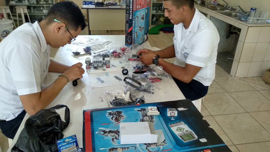 Ángel René (left) and Luis Fernando (right) build a LEGO robot for the first time in their Scientific Projects Design class