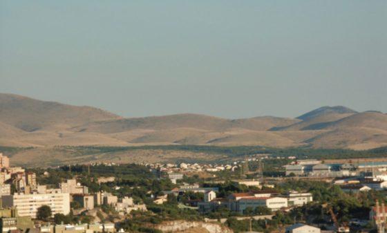 De stad ligt tussen de heuvels