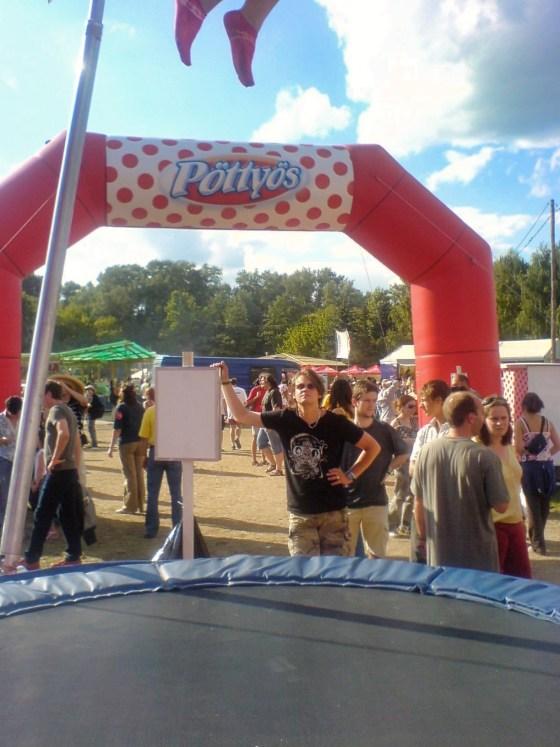 JL in een spring elastiek trampoline ding apparaat schiet voorwerp 02