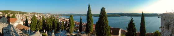 Panorama van Sibenik met een laag hangende zon