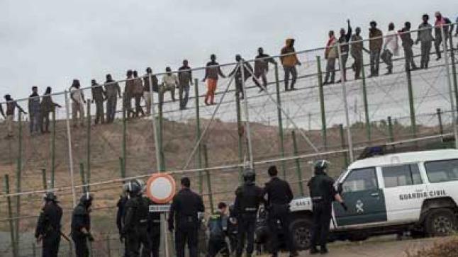 فيديو خطير: مئات المهاجرين يقتحمون سياج مليلية المحتلة في ليلة عبور هي الأكبر