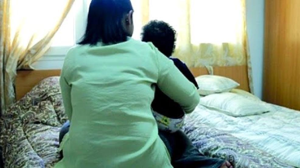 مباركة.. قصة مغربية ركبت قوارب الموت لعلاج ابنها المصاب بشلل دماغي