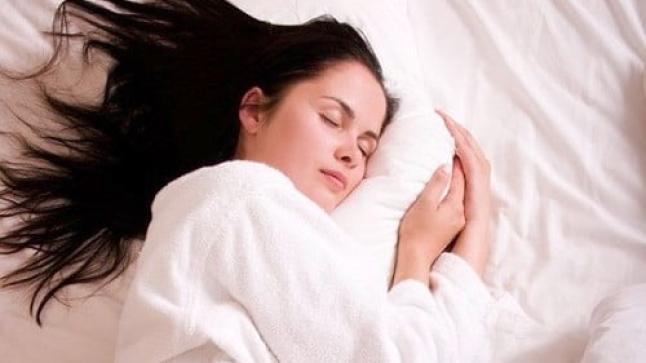 طرق بسيطة للعناية بالشعر قبل النوم
