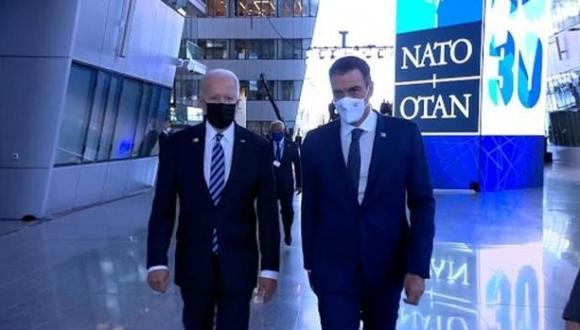 """بايدن يمنح رئيس الحكومة الإسبانية بيدرو سانشيز 21 ثانية للقاء به """"وقوفا"""" (فيديو)"""