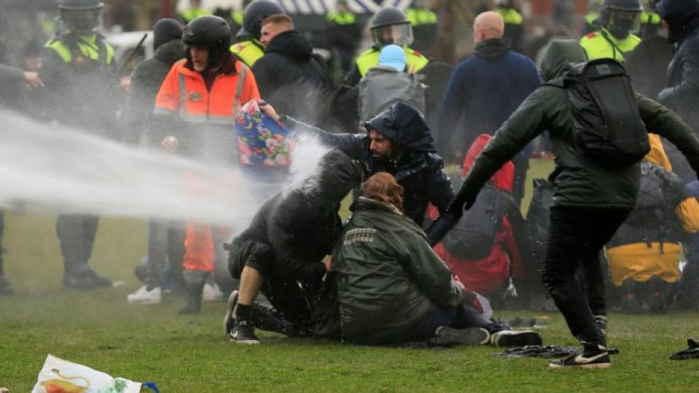 هولندا.. مواجهات مع الشرطة وأعمال نهب خلال مظاهرات منددة بحظر التجول