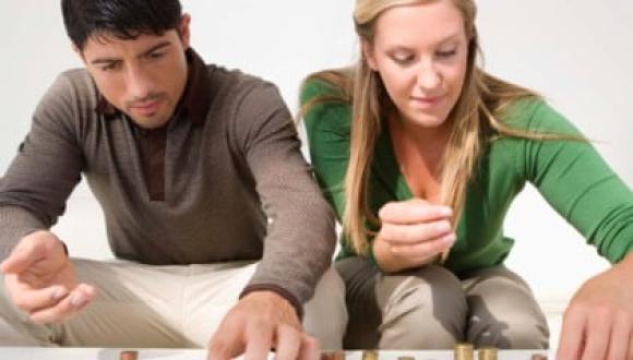 كيف تتجنّبين المشكلات المالية مع زوجك؟