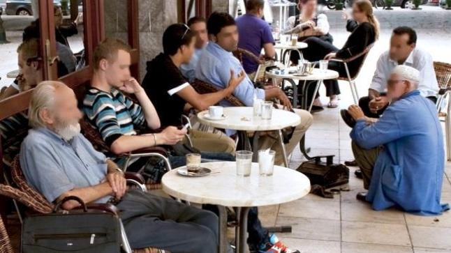 """بعد واقعة الكمامة وإغلاق مطاعم وحجز معدات.. أرباب المقاهي والمطاعم يشتكون من """"شطط"""" السلطات العمومية"""