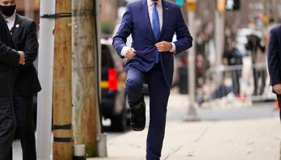 (فيديو): رئيس الولايات المتحدة الأمريكية يرتدي حذاء طبيا بعد اصابته بكسر ساقه