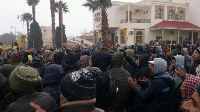 """ساكنة جرادة ترفع """"البطاقات الصفراء"""" في وجه الحكومة وتواصل الاحتجاج رغم قساوة الطقس"""