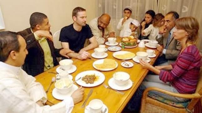 مغاربة يُفطرون جماعيا مع هولنديين في رمضان