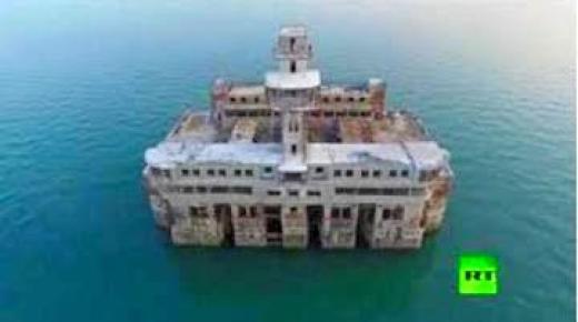 قصر سري من عهد السوفيت يحيط به البحر؟