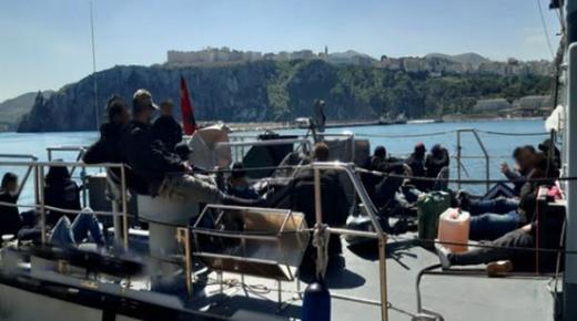 """البحرية الملكية تعترض قاربا يقل 23 """"حراكا"""" اغلبهم من الريف"""