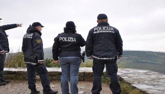 الشرطة الإيطالية تضبط مهاجرا مغربيا يقضي حاجته بحديقة عمومية ففرضت عليه غرامة لاتصدق!!