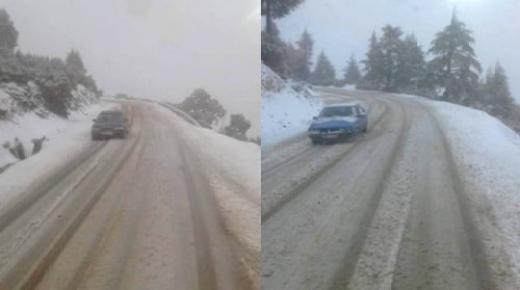 الثلوج تكسو مرتفعات الحسيمة ودعوات لمستعملي الطريق الى توخي الحذر