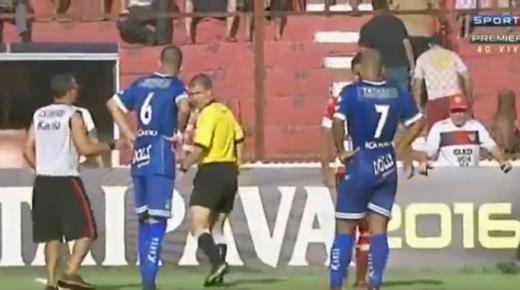 فيديو .. ثعبان يقتحم الملعب في مباراة بالبرازيل !