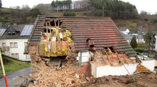 رجل يهدم منزله على رأس المستأجر في بلدة المانية