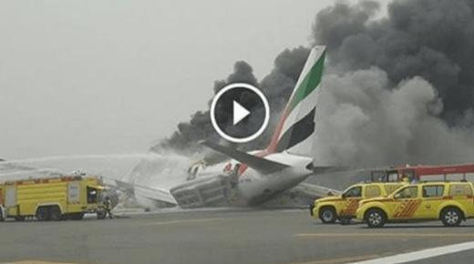 فيديو .. اندلاع النيران في طائرة إماراتية لدى هبوطها في مطار دبي
