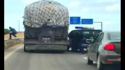 فيديو : الشاحنة التي اعترضتها الجمارك بالطريق السيار كانت قادمة من الناظور على متنها 8 أطنان من الملابس