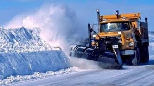 الثلوج تحاصر طرق أزيلال.. والكاسحات تشق البياض