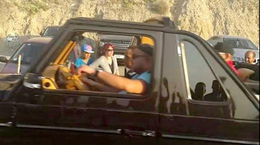 """صورة جديدة للملك يقود سيارة """"دوبورط"""" بمدينة الحسيمة"""