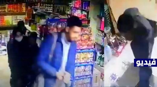 شاهد كيف تمت سرقة هاتف نقال من محل تجاري بالناظور من طرف مبحوث عنهم (فيديو)