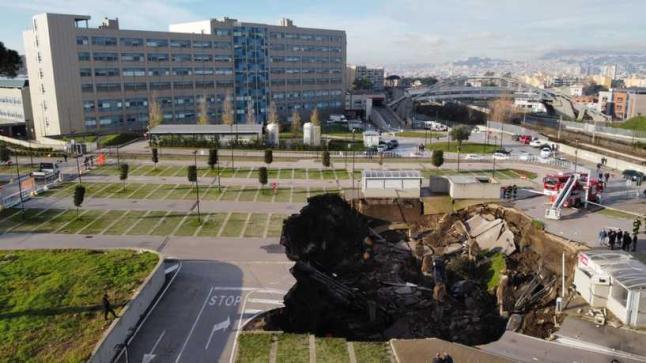فيديو.. حفرة عملاقة تبتلع السيارات