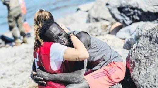 ناشطة بالصليب الأحمر تتلقى تهديدات عنصرية بعد تداول صورة لها وهي تعانق مهاجرا افريقيا