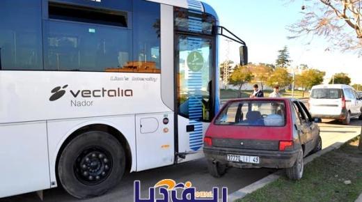 حافلة نقل حضري تلقي بسيارة خارج مسارها في حادث سير ببني انصار (صور)
