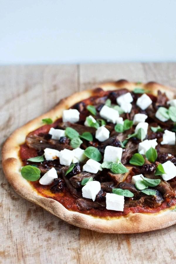 Pizza med lam, soltørrede tomater og feta