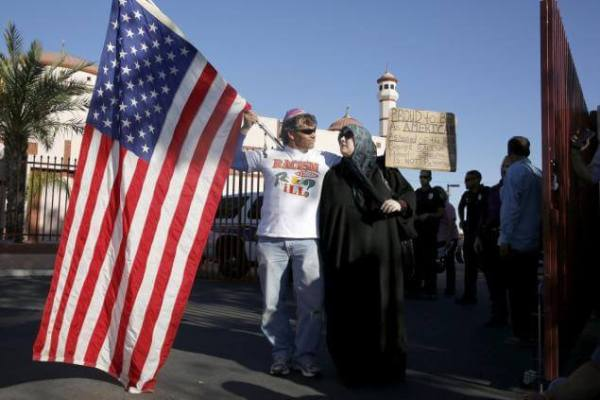 7 Two demonstrators stand in front of the Islamic Community Center Phoenix5