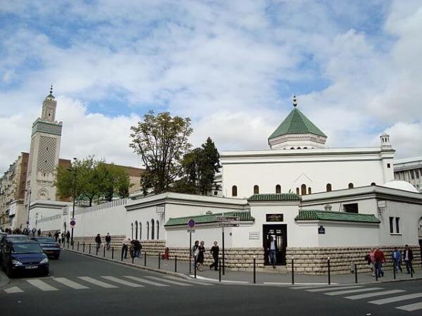 """""""Grande Mosquée de Paris"""" by LPLT - Own work. Licensed under GFDL via Commons - https://commons.wikimedia.org/wiki/File:Grande_Mosqu%C3%A9e_de_Paris.JPG#/media/File:Grande_Mosqu%C3%A9e_de_Paris.JPG"""