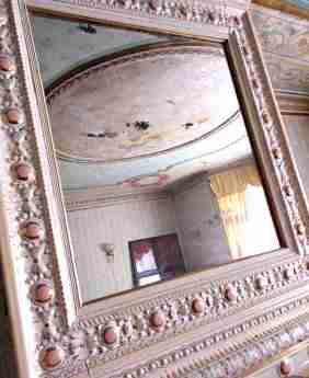 Kakelungn med spegel i sovrummet.